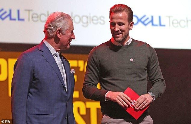 Charles cùng nam cầu thủ bóng đá Harrry Kane tại buổi lễ trao giải Princes Trust Awards 2020 tổ chức tại London Palladi hôm 11/3.