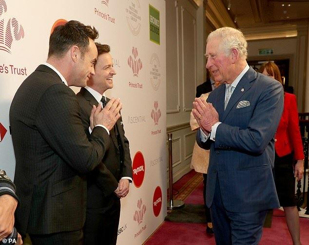 Thái tử sử dụng cách chào Namaste (kiểu chào theo bộ môn Yoga) với người dẫn chương trình truyền hình Ant McPartlin (trái) và Declan Donnelly.
