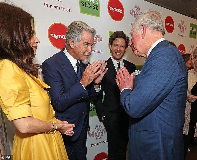 Thái tử xứ Wales chào đón tài tử Pierce Brosnan (giữa).