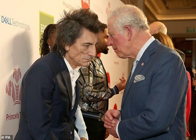 Charles nói chuyện với nhạc sĩ Rolling Stone Ronnie Wood tại London Palladi ngày 11/3.