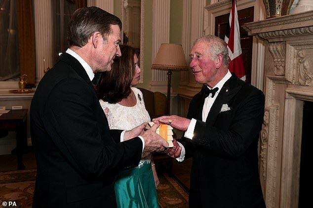 Charles nói chuyện với Thị trưởng thành phố Luân Đôn, William Russell và vợ Hilary tại một bữa ăn tối hôm 12/3 để bàn về vấn đề cứu trợ đám cháy rừng ở Australia.
