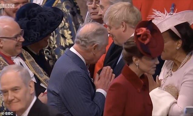 Hoàng tử Charles đi ngang qua Thủ tướng Boris Johnson tại Tu viện Westminster.