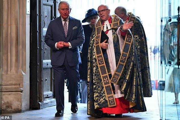 Charles và linh mục David Hoyle.