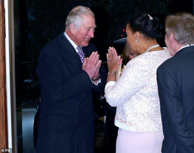 Thái tử Charle và Nữ công tước xứ Cornwall được Nam tước Scotland chào đón khi đến tham dự buổi tiệc của Khối thịnh vượng Chung tại Marlborough, London hôm 9/3.
