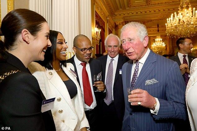 Charles nói chuyện nữ ca sĩ Alexandra Burle (thứ hai bên trái) cùng nhiều vị khách trong buổi tiệc của Khối thịnh vượng Chung.