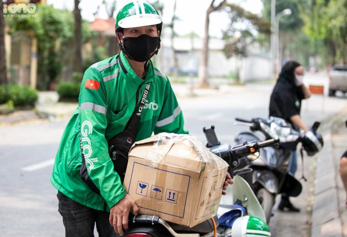 """<p>Một số gia đình không có thời gian gửi đồ đã sử dụng các dịch vụ vận chuyển. Anh Nguyễn Văn Ngọc, chạy xe ôm công nghệ cho biết: """"Thường ngày mình chỉ chuyển giấy tờ chứ không dám chuyển đồ vì lo có chất cấm. Nhưng biết được gia đình trên muốn chuyển đồ đến khu cách ly, mình đồng ý ngay. Giờ giúp được mọi người việc gì, thì làm thôi"""".</p>"""