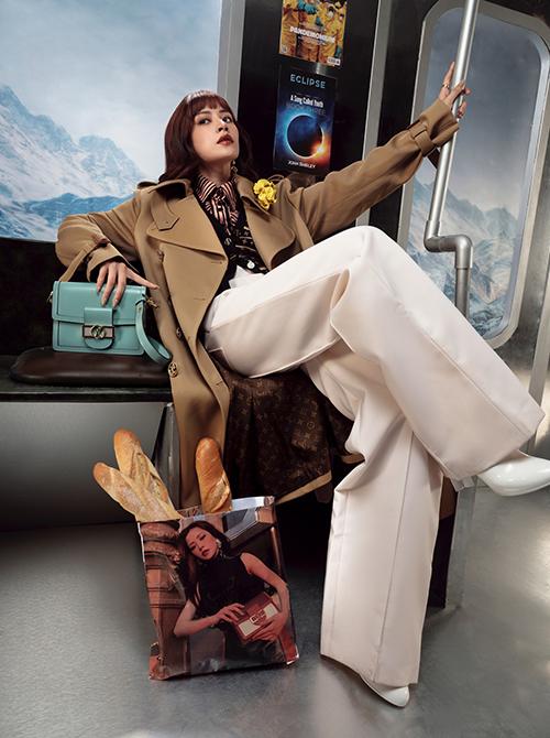 Cô miêu tả cuộc sống của một nữ công sở diễn ra trên chiếc tàu điện ngầm. Đó là khi vội vàng chỉ kịp mua tách cà phê để giữ sự tỉnh táo đầu ngày hay ổ bánh mì ăn vội mỗi sáng... Dù bận rộn nhưng vẫn phải đầy năng lượng.