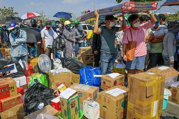 Người dân xếp hàng chờ tiếp tế lương thực tại khu cách ly. Ảnh: Quỳnh Trần.