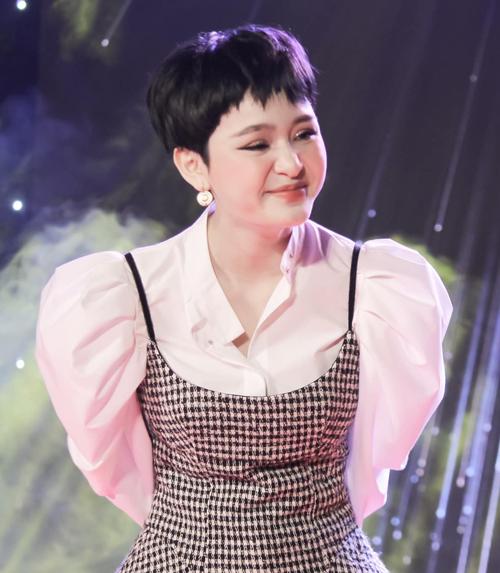Hiền Hồ khoe biểu cảm ngẫu hứng khi đi chơi gameshow. Gương mặt của nữ ca sĩ khiến nhiều người nghi cô phẫu thuật thẩm mỹ quá đà.