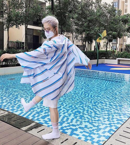 Ra hồ bơi nhưng Thanh Duy mặc tầng lớp, đeo khẩu trang kín mít.