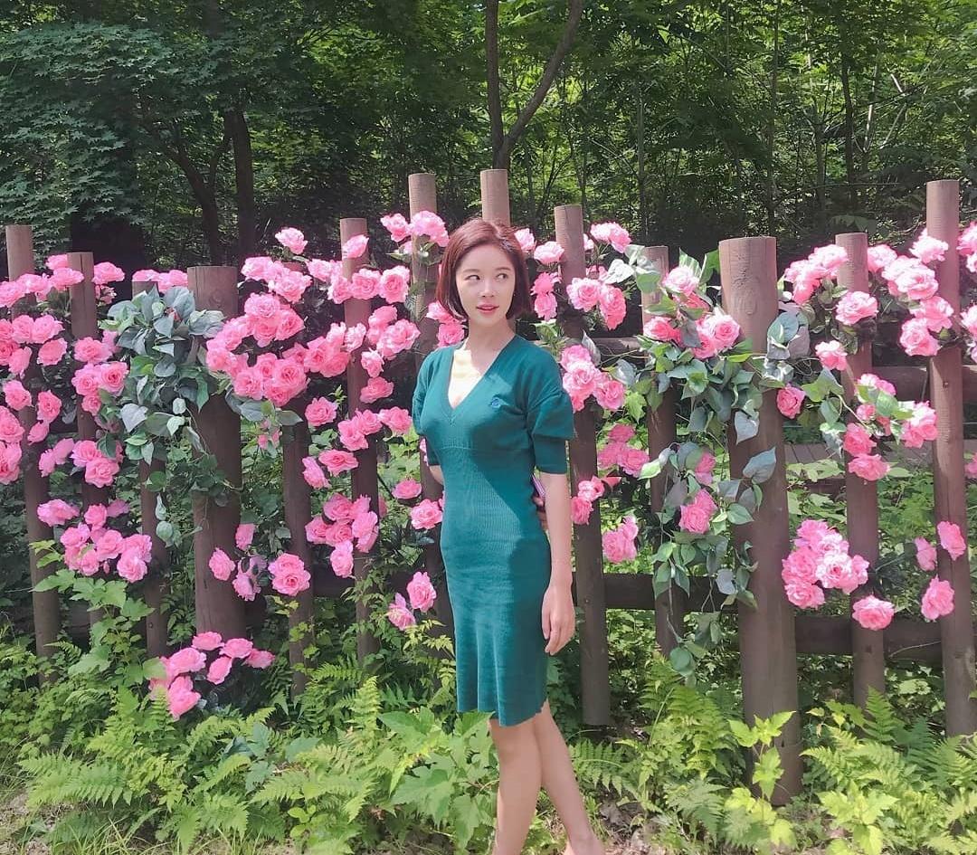 Mẹ một con Hwang Jung Eum lộ thân hình gầy guộc trong bộ váy ôm dáng.