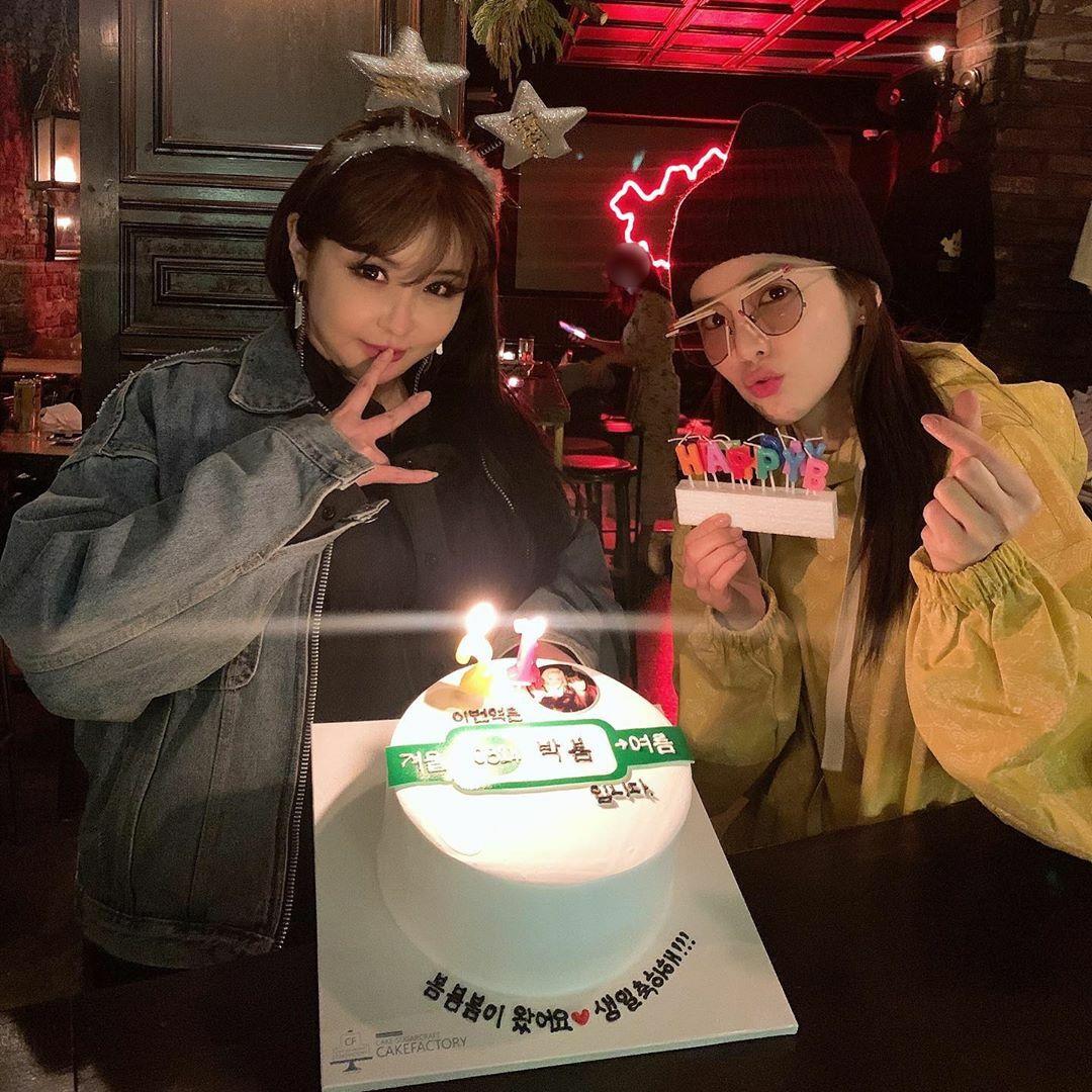 Dara mừng sinh nhật Park Bom. Cựu thành viên 2NE1 cho biết họ đã có 14 năm bên nhau và vẫn luôn giữ mối quan hệ thân thiết.