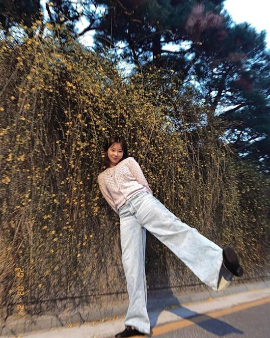 JooE (Momoland) vui vẻ đi chơi, ngắm hoa mùa xuân bất chấp dịch bệnh.