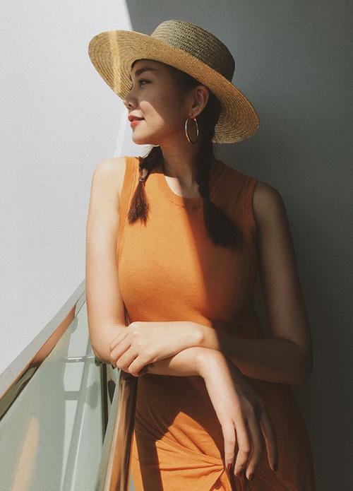 Trong những chuyến đi mùa hè, Thanh Hằng rất mê tết tóc lệch hoặc tết tóc hai bên. Đây cũng là kiểu tóc giúp các cô gái trông vừa năng động, vừa dịu dàng.