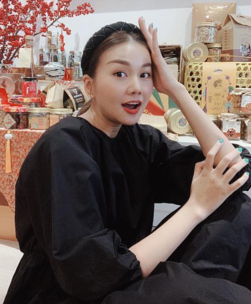 Bờm vải, turban là món phụ kiện không thể thiếu với Thanh Hằng. Mùa hè năm nay, siêu mẫu lăng xê item này mạnh mẽ và được nhiều cô gái bắt chước theo.