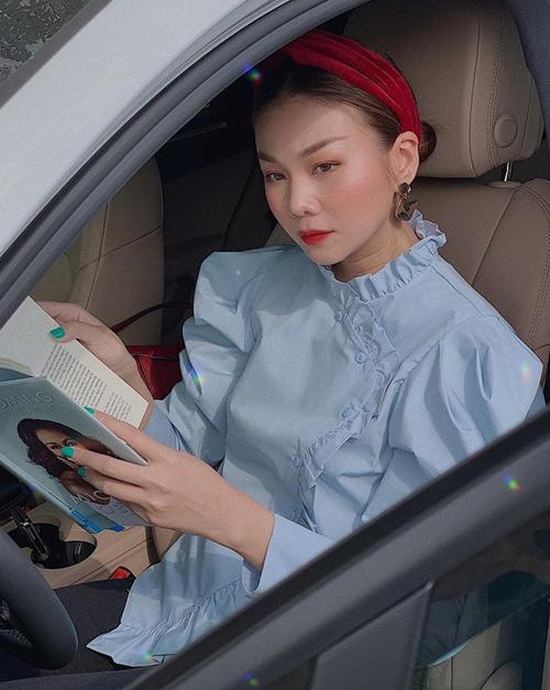 Thanh Hằng có cả bộ sưu tập turban đủ chất liệu, màu sắc để kết hợp cùng kiểu tóc búi. Thông thường, tóc búi thấp dễ tạo cảm giác già dặn, vì thế chân dài rất tinh tế khi mix với turban.