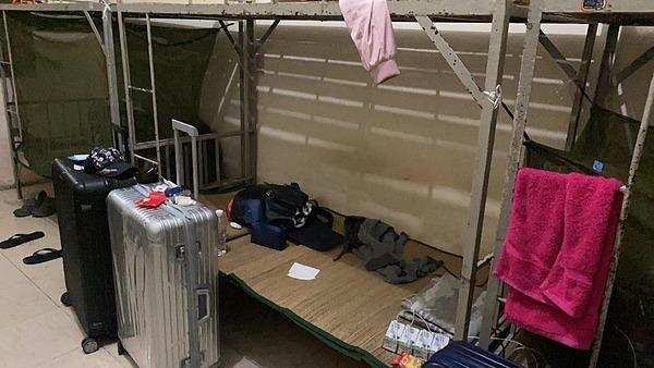 Là những người đầu tiên đến Trung tâm Giáo dục Quốc phòng - An ninh tỉnh Bình Dương cách ly nên ở đây vẫn chưa được dọn dẹp. Theo chia sẻ từ Võ Hoàng Yến, nhà vệ sinh, nền nhà, giường chiếu không được sạch sẽ. Cô và các bạn cùng phòng bắt tay dọn dẹp.