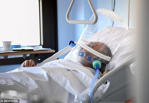 Một bệnh nhân được chăm sóc đặc biệt tại Cremona, Italy. Ảnh: Reuters.