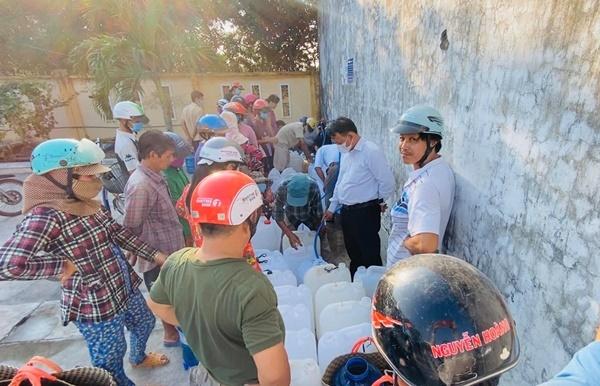 Thủy Tiên cho biết trạm cấp nước ngọt có 5 đường ống nước chảy mạnh để người dân lấy nước nhanh chóng, đỡ phải chờ đợi lâu.