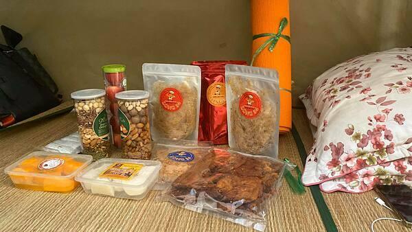 Võ Hoàng Yến được fan tiếp tế nhiều món ăn vặt như trái cây, khô bò, bánh tráng trộn, các loại ngũ cốc. Cô trêu đùa rằng mình có thể mở một tiệm tạp hóa bán hàng trong khu cách ly.
