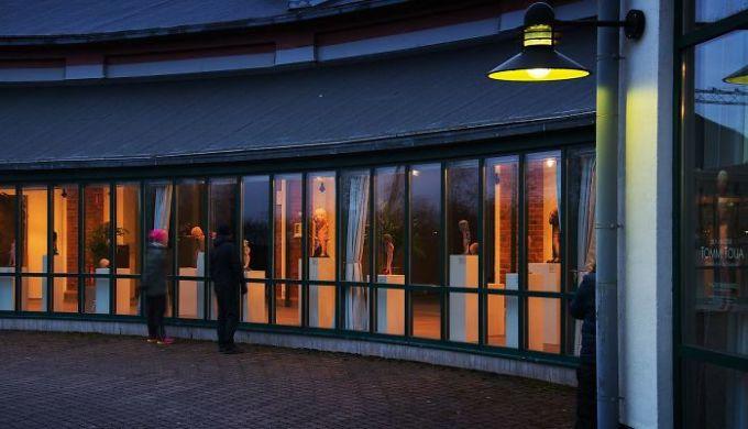 """<p class=""""Normal""""><span><span>Bảo tàng nghệ thuật số 2 tại Salo, Phần Lan đóng cửa do sự bùng phát của Covid-19. Tuy nhiên, ban quản lý quyết định sắp xếp đồ vật hướng ra ngoài, để phục vụ người dân có nhu cầu thưởng lãm qua cửa kính.</span></span></p>"""