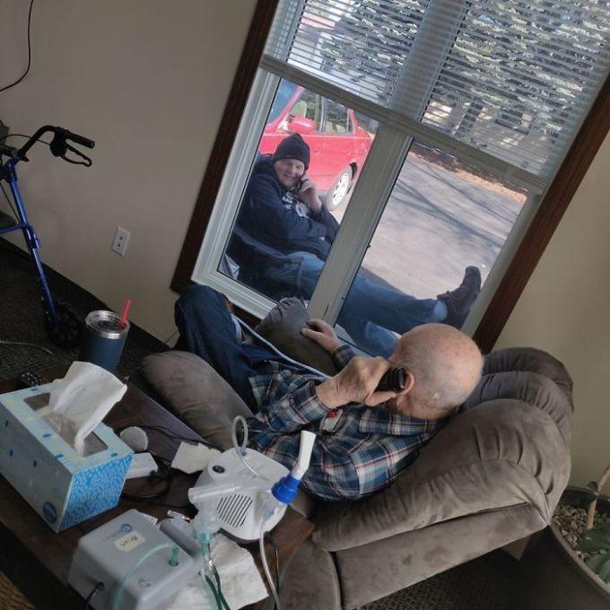 """<p class=""""Normal""""><span><span>Một người đàn ông đến nói chuyện với bố mỗi ngày qua cửa sổ khóa chặt, kể từ khi viện dưỡng lão đóng cửa.</span></span></p>"""