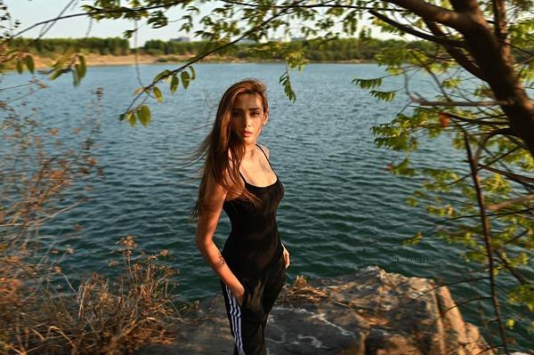 Sau khi nhiếp ảnh gia đồng ý, họ quyết định chụp hình tại hồ nước trong khuôn viên khu cách ly. Võ Hoàng Yến về phòng, tự trang điểm trong 15 phút. Trang phục là bộ đồ có sẵn trong vali cô mang từ Mỹ về.