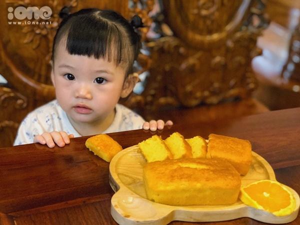 Ngày nào, Hà Anh cũng cho con gái uống nước cam để tăng cường sức đề kháng, vitamin C. Số cam còn lại, cô làm món bánh bông lan cam bơ cho Đậu. Những món ăn lạ, bắt mắt được Đậu yêu thích.