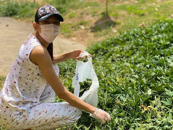 Ngày thứ bảy tại khu cách ly, Võ Hoàng Yến phát hiện có một vườn rau khoai lang. Cô và những người bạn cùng phòng không sợ bị cháy da, ngồi hái rau giữa trời nắng. Cô vui vì hái được nhiều rau, bổ sung thêm vitamin cho bữa trưa.