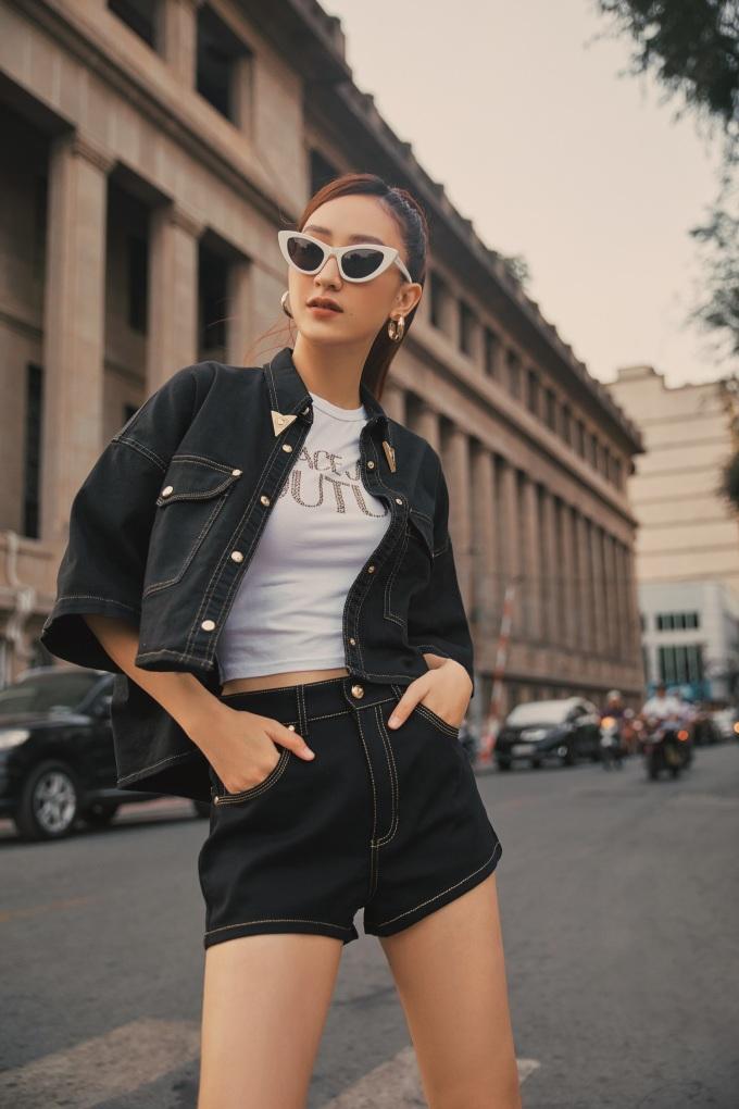"""<p class=""""Normal""""><span>Áo khoác denim dáng ngắn cùng shorts của thương hiệu Versace Jeans Couture tạo nên vẻ đẹp năng động, khỏe khoắn.</span></p>"""