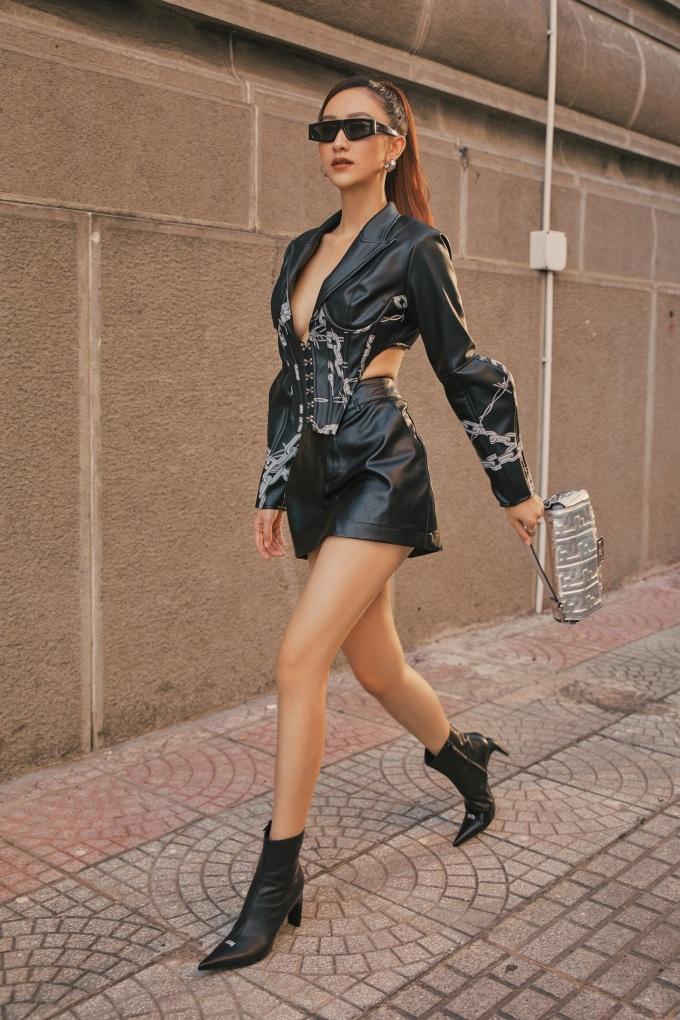 """<p class=""""Normal""""><span>Chất liệu da mang lại sự cá tính, nổi loạn như nữ chiến binh.Chiếc túi xách ánh bạc tạo điểm nhấn cho tổng thể outfit.</span></p>"""