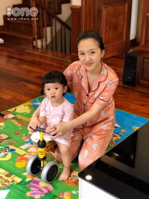 Hà Anh sống cùng ông xã, con gái 1,5 tuổi và gia đình tại Hà Nội. Thời điểm này, khi dịch Covid-19 diễn biến ngày một phức tạp, nữ diễn viên Bánh đúc có xương kêu gọi bạn bè, người thân và khán giả cùng ở nhà, đảm bảo an toàn và hạn chế tối đa việc lây lan dịch bệnh.