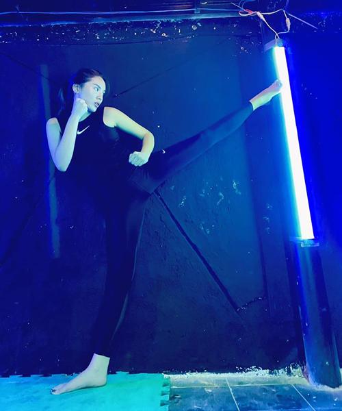 Kỳ Duyên tranh thủ tập kickbox trong thời gian giới giải trí đóng băng vì dịch.