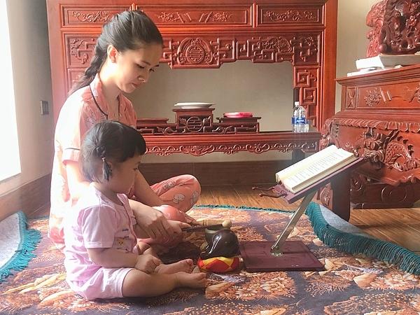 Gia đình chồng, đặc biệt là mẹ chồng của Hà Anh hướng Phật nên cô tập đọc kinh từ khi mang thai Đậu. Đến khi con gái được 1 tuổi, cô bắt đầu cho con lên nghe kinh. Mùa dịch, Đậu cùng mẹ tụng kinh, gõ mõ. Việc tụng kinh rất tốt. Trước mắt là để bản thân cảm thấy thanh tịnh. Sau đó là mong những điều an lành đến cho gia đình, người thân. Trộm vía, Đậu nhà tôi bây giờ đã biết chắp tay lạy khi lên gian thờ, cô chia sẻ.