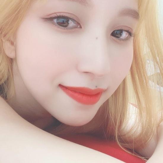 Mina (Twice) khiến fan xuýt xoa với mái tóc vàng óng mới nhuộm.