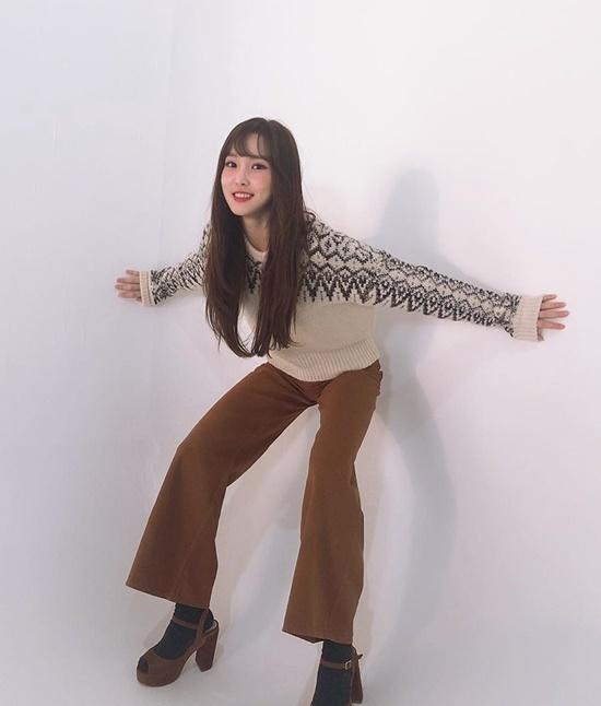 Yuju (GFriend) không ngại tạo dáng kỳ quặc để có bức ảnh độc.