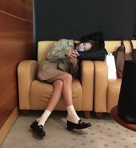 Krystal nhàm chán ngả đầu xem điện thoại. Tuy nhiên các fan chỉ mải chú ý đến cặp chân thon nuột của cô nàng.