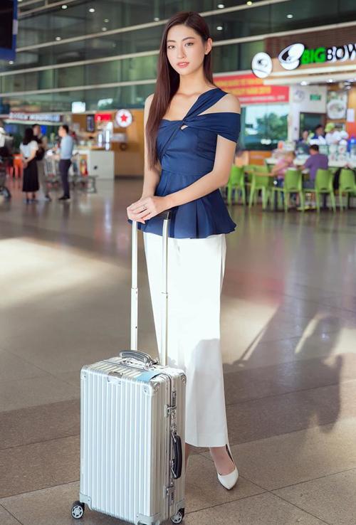 Từ dạo phố đến ra sân bay, người đẹp đều thích mặc nhẹ nhàng, hạn chế dùng phụ kiện.