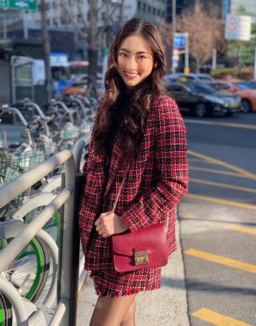 Ngoài ba đôi bông tai của Dior, người đẹp chỉ sở hữu một chiếc túi Furla, có giá bán khoảng 5 triệu đồng.