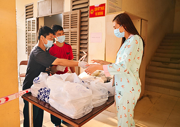 Mọi bữa ăn tại khu cách ly đều được chăm sóc kỹ lưỡng, Võ Hoàng Yến kêu gọi fan ngưng gửi đồ ăn tiếp tế vào cho mình để các tình nguyện viên trong khu cách ly đỡ vất vả vận chuyển.