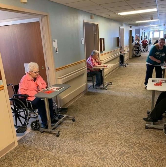 """<p class=""""Normal""""><span><span>Một viện dưỡng lão tổ chức chơi lô tô nhưng vẫn tuân thủ việc giữkhoảng cách.</span></span></p>"""