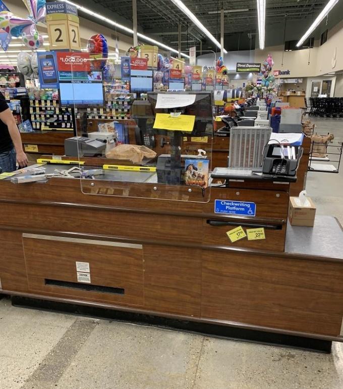<p>Một siêu thị sử dụng tấm chắn để ngăn ngừa tiếp xúc trực tiếp khi thanh toán.</p>