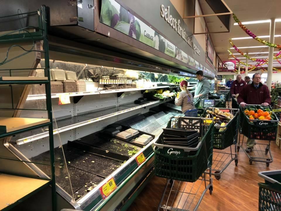 Nhân viên siêu thị Gerritys phải đem chỗ thực phẩm vứt bỏ.