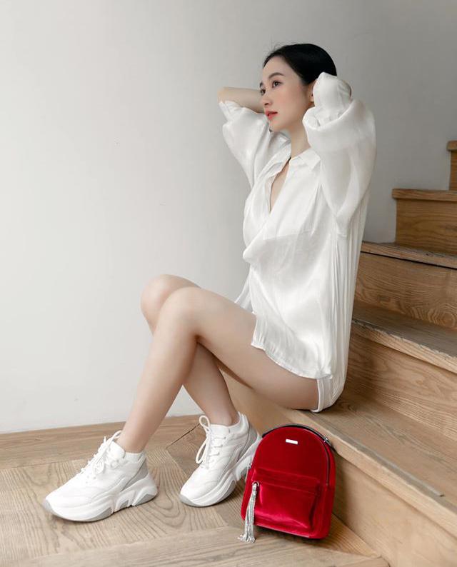 Góc cầu thang đơn giản hoàn toàn có thể trở thành bối cảnh sống ảo, miễn là bạn chọn trang phục và tạo dáng cũng có nghề như Jun Vũ.
