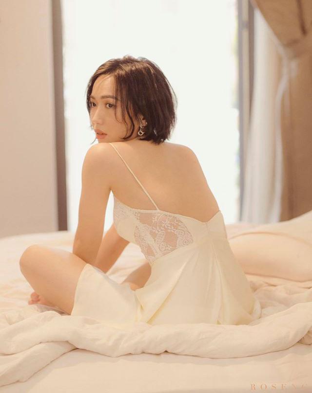 Cũng chỉ với một chiếc giường, Diệu Nhi có ngay shoot hình sexy bằng cách diện đồ tông xuyệt tông sắc trắng cùng chăn nệm và khéo tận dụng ánh sáng từ cửa sổ.