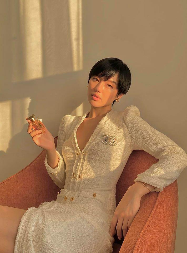 Chỉ với một chiếc ghế sofa, một bộ cánh đẹp và cách trang điểm chỉn chu, Khánh Linh cũng có bức hình nghệ thuật chẳng kém ra quán cà phê đắt đỏ.