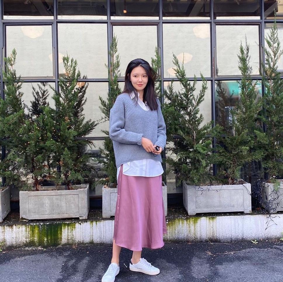 Soo Young gần như không trang điểm, khoe vẻ dịu dàng với trang phục mix match trẻ trung.