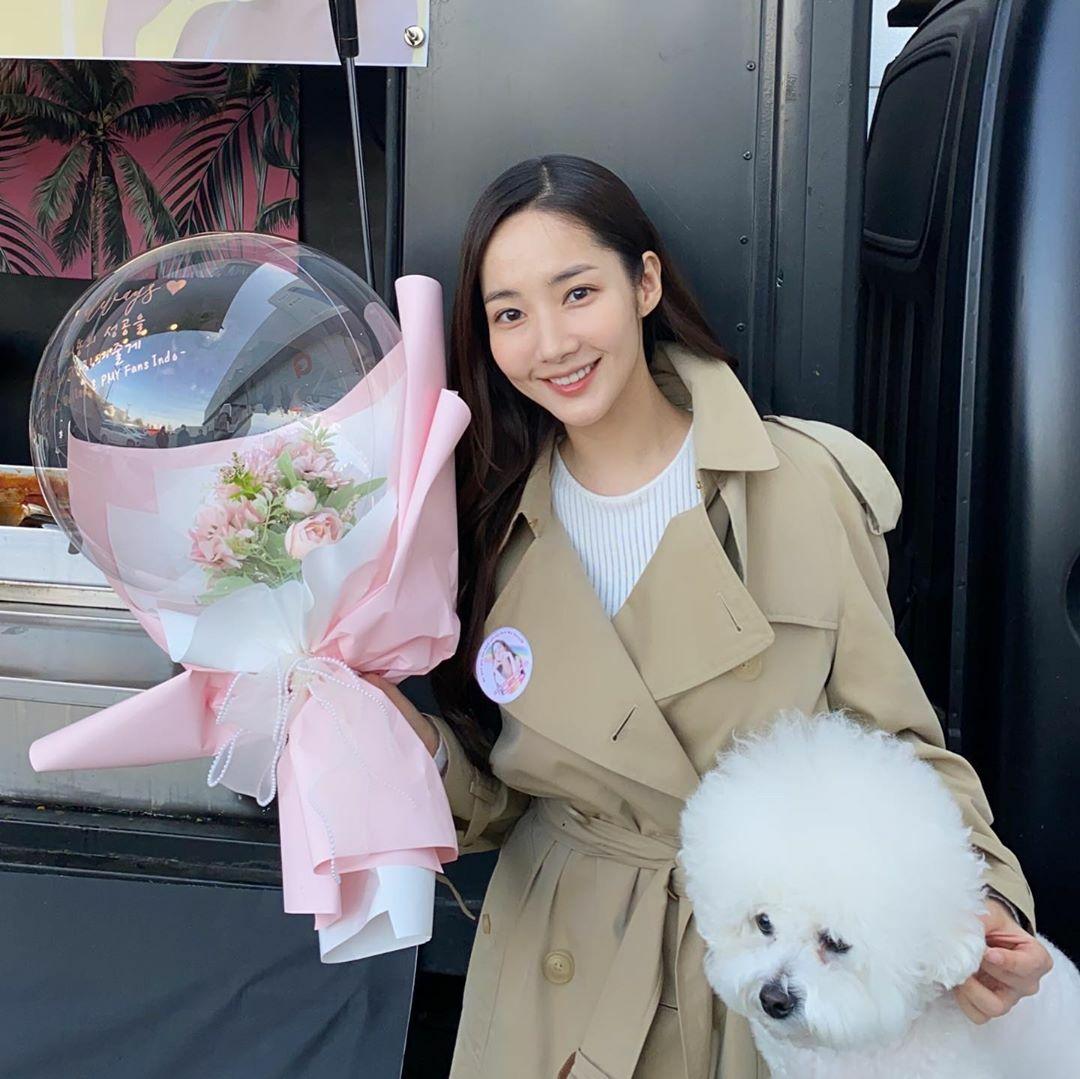 Park Min Young liên tục nhận được hoa và xe cà phê do fan gửi tặng đến trường quay. Cún cưng cũng đến thăm cô nàng.