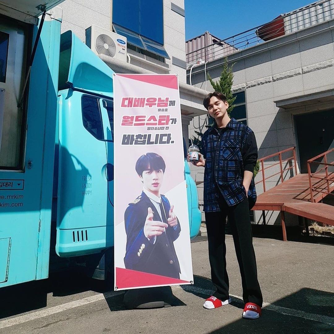 Yoo Seung Ho khoe xe cà phê được ngôi sao thế giới Jin (BTS) gửi đến phim trường Memorist. Mối quan hệ thân thiết giữa hai mỹ nam khiến các fan bất ngờ, tò mò.
