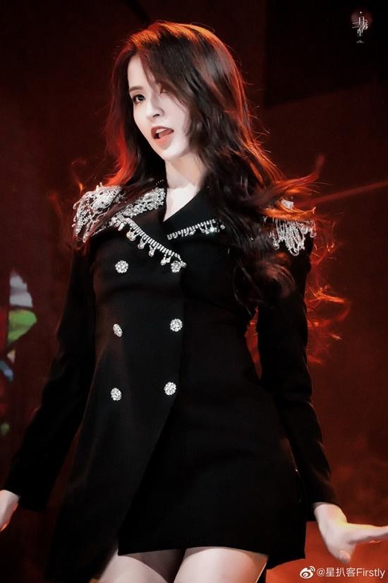 Thực tập sinh nhà YueHua Entertainment đẹp một cách ma mị, sexy khiến người xem không thể rời mắt.